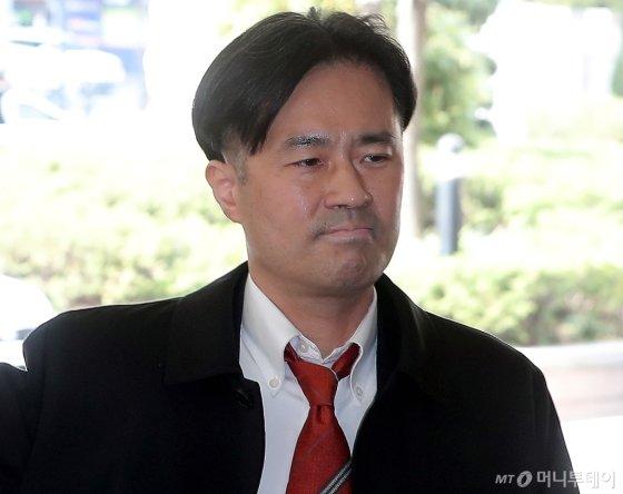 손석희 JTBC 사장에게 불법 취업 청탁과 금품 요구 등 공갈미수 혐의를 받고 있는 김웅 프리랜서 기자가 25일 오후 서울 마포구 서울서부지법에서 열린 공판에 출석하고 있다. /사진=김창현 기자<br>