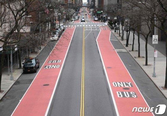(뉴욕 AFP=뉴스1) 우동명 기자 = 25일 (현지시간) 코로나19 확산으로 이동 제한령이 내려진 뉴욕의 맨해튼 42번가에 차량 통행이 끊겨 텅 빈 모습이 보인다.   ⓒ AFP=뉴스1