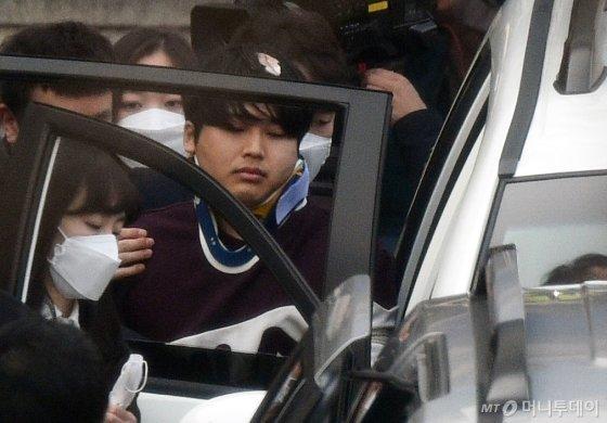 텔레그램에서 불법 성착취 영상을 제작, 판매한 n번방 사건의 주범 조주빈 씨가 지난 25일 오전 서울 종로경찰서에서 검찰에 송치되기 위해 호송차량으로 향하고 있다./사진=김창현 기자 chmt@