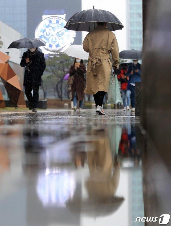 전국에 봄비가 내린 10일 오전 서울 강남구 삼성동에서 우산을 쓴 시민들이 길을 걷고 있다. 2020.3.10/ 사진 = 뉴스 1