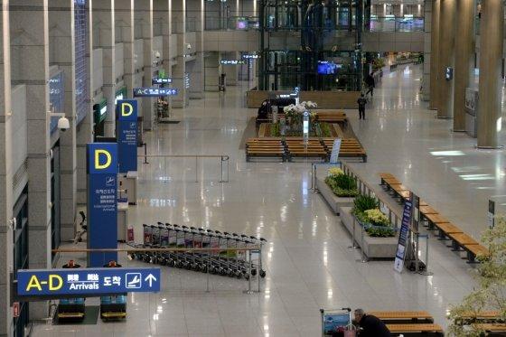 코로나19 확산으로 항공여객이 급감한 가운데 지난 9일 오전 인천국제공항 입국장이 한산한 모습을 보이고 있다. /사진=이기범 기자