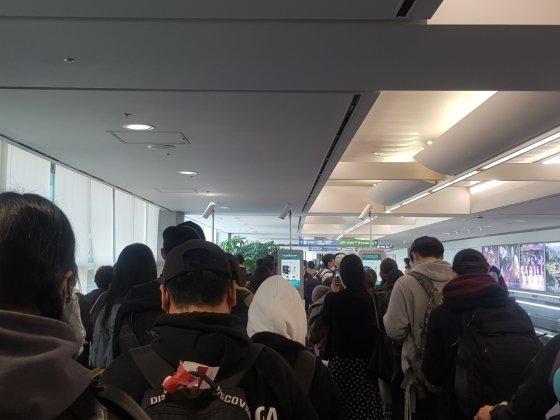 24일 국내 입국한 유럽발 비행기의 승객들. 20대 유학생이 대부분이다./사진제공=A씨