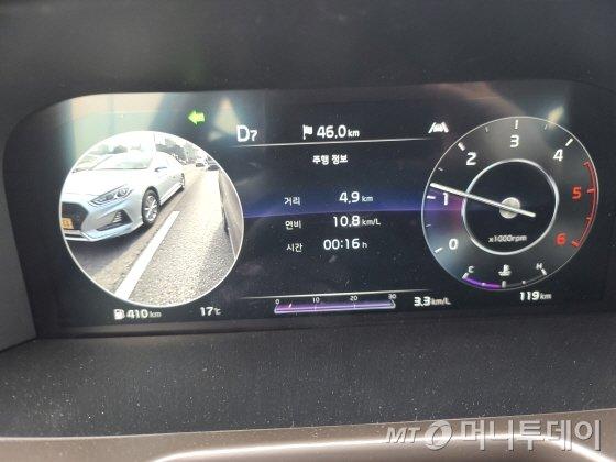 신형 쏘렌토는 방향지시등을 켜면 해당 차선 주행상황을 운전석 클러스터에 자동으로 표시해준다. /사진=유영호 기자