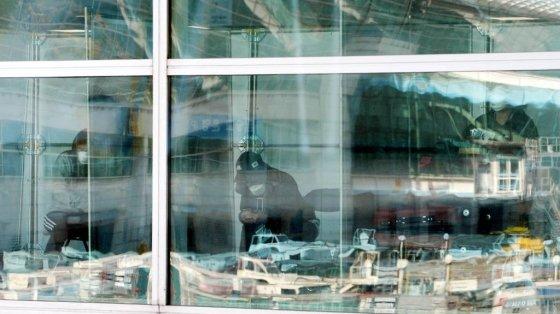 검역당국이 유럽발 전여행객들에 대해 코로나19전수검사를 시행하고 있는 가운데 23일 오전 인천국제공항 1터미널 도착층에 설치된 선별진료소의 여행객들이 개별칸막이가 설치된 대기장소에서 지정대기소 이동을 기다리고 있다. /공항사진기자단 / 사진=사진부 기자 photo@
