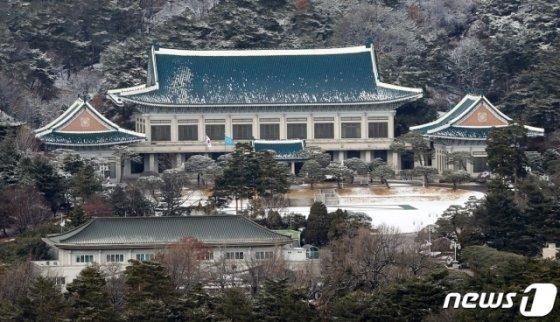 (서울=뉴스1) 안은나 기자 = 지난달 16일 오후 서울 종로구 청와대 본관 주변에 눈이 쌓여있다. 2020.2.16/뉴스1