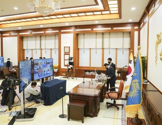 청와대 본관 대통령집무실에 마련된 G20 화상정상회의 시스템/사진=청와대 제공