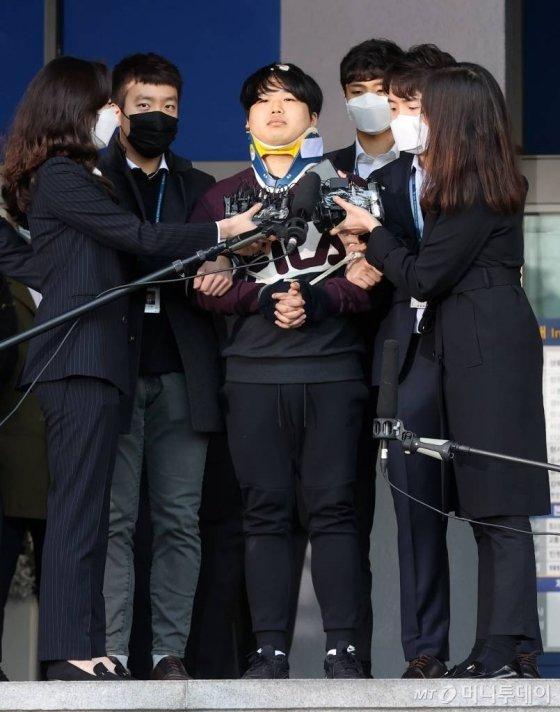 텔레그램 성착취 대화방 운영자 조주빈이 지난 25일 오전 서울 종로경찰서에서 검찰로 송치되고 있다./사진=김창현 기자 chmt@