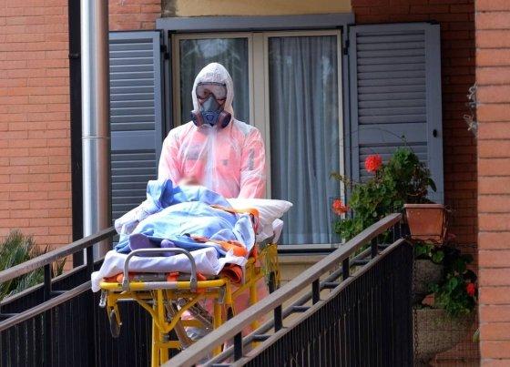 25일(현지시간) 이탈리아 로마의 요한 13세 노인 요양원에서 신종 코로나바이러스 감염증(코로나19) 환자가 병원으로 이송되고 있다./사진=[로마=AP/뉴시스]