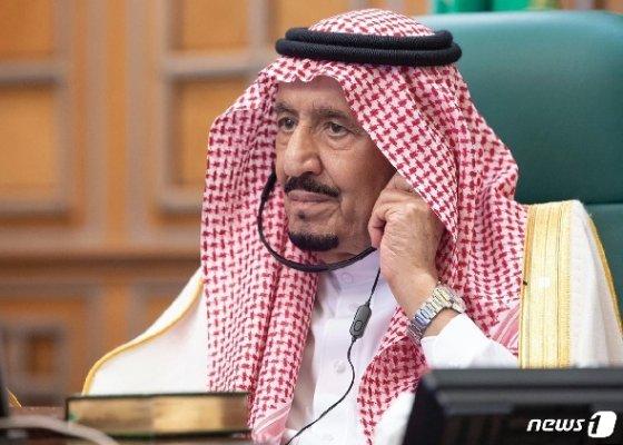 살만 빈 압둘 아지즈 알 사우드 사우디아라비아 국왕이 26일 열린 주요 20개국(G20) 특별 화상 정상회의에 참석하고 있다. © AFP=뉴스1