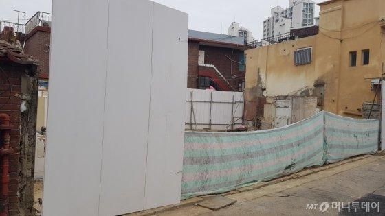 서울 마포구 염리동 재개발 사업지 내에서 지분쪼개기를 위해 공사가 진행되고 있다./사진= 박미주 기자