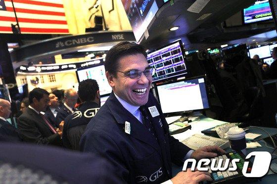 [속보] 뉴욕증시 3일 연속 랠리…S&P 6%↑