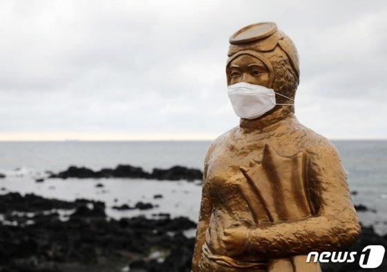 제주 제주시 도두동 무지개해안도로의 해녀 동상이 마스크를 쓰고 있는 모습./사진=뉴스1
