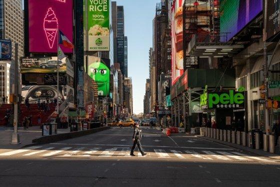 코로나19로 발길이 끊긴 뉴욕 맨해튼 타임스퀘어. /AFPBBNews=뉴스1