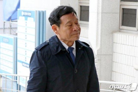 윤장현 전 광주시장이 지난해 12월3일 오후 광주법원 앞에서 공직선거법 위반 등의 혐의에 대한 항소심 선고공판에 출석하기 위해 법정에 들어서고 있다. /사진=뉴스1