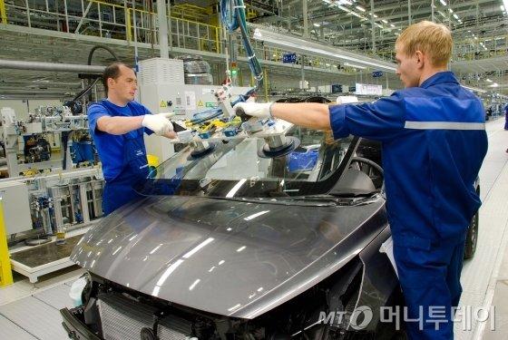현대차 러시아 생산법인 의장라인에서 쏠라리스를 생산하는 장면 / 사진제공=현대차