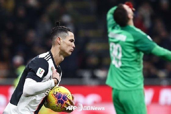 지난달 14일 코파 이탈리아 4강 1차전에서 호날두(왼쪽)가 돈나룸마를 상대로 페널티킥을 성공시켰다./AFPBBNews=뉴스1
