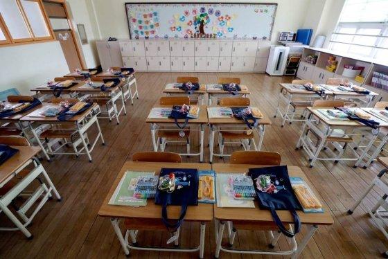 [서울=뉴시스]김병문 기자 = 유치원과 초·중·고교 개학이 4월6일로 2주간 추가 연기된 17일 오후 서울 시내의 한 초등학교 1학년 교실 책상에 신입생을 위한 선물이 놓인 채 텅 비어 있다. 2020.03.17.    dadazon@newsis.com