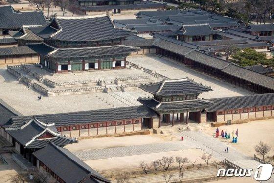 코로나19 확산 여파로 지난 21일 외국인 관광객이 즐겨 찾는 서울 경복궁이 한산하다. /사진=뉴스1