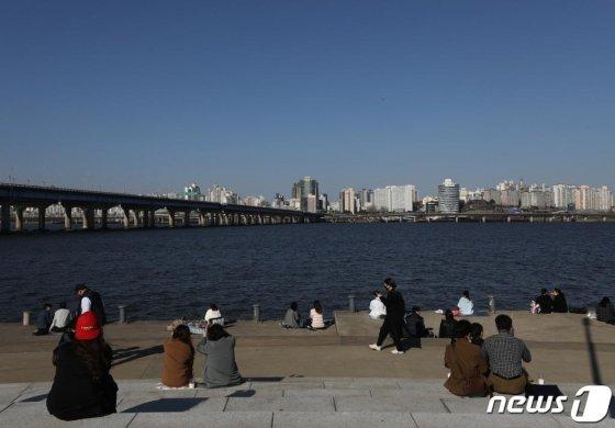 신종 코로나바이러스 감염증(코로나19) 확산이 계속되고 있는 가운데 22일 오후 서울 여의도한강공원을 찾은 시민들이 봄을 즐기고 있다./사진=뉴스1
