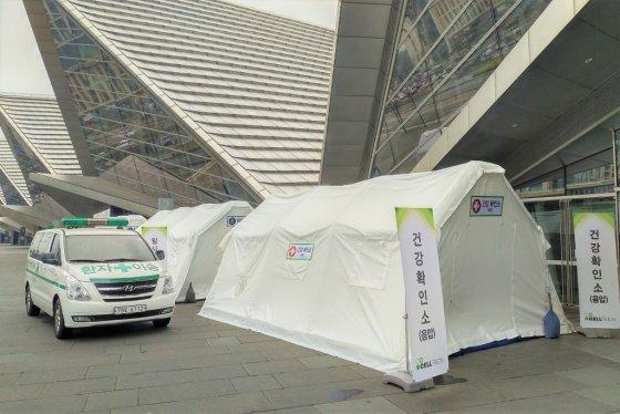 셀트리온은 27일 인천 송도컨벤시아에서 열린 주주총회 행사장 밖에 건강확인소를 설치하고 구급차를 대기시켰다. /사진=셀트리온 제공