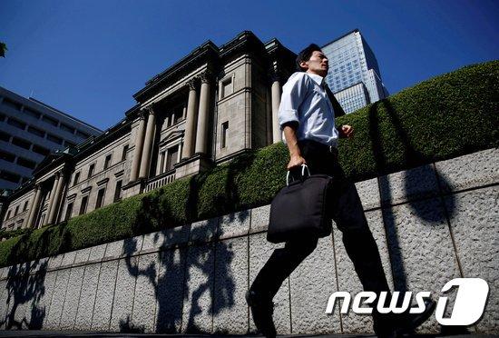 일본은행 앞을 지나는 도쿄 시민. © 로이터=뉴스1