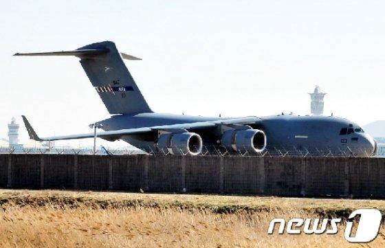 [사진] 나토 수송기 '방호복 등 두번째 수송'