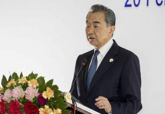 [비엔티안(라오스)=AP/뉴시스]왕이 중국 외교부장이 20일(현지시간) 라오스 수도 비엔티안에서 '중국-아세안(ASEAN·동남아시아국가연합) 특별 외교장관 회의' 공동기자회견을 하고 있다. 2020.02.20.