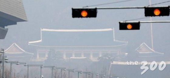 미세먼지에 뒤덮힌 청와대 모습.