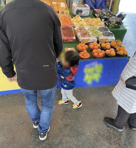 과일가게 앞을 기웃거리는 아이에게, 사장님은 한라봉 한 개를 건넸다./사진=남형도 기자