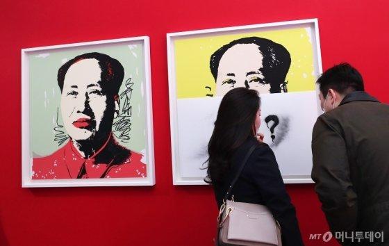 지난 27일 문을 연 피카갤러리에 모인 관람객이 앤디 워홀의 작품을 감상하고 있다. /사진=김휘선 기자<br />