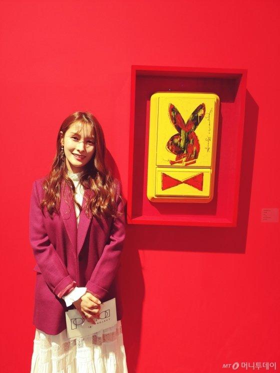 앤디 워홀의 작품 '버니'(Bunny) 앞에서 사진 촬영에 응한 그룹 '카라' 출신 박규리. /사진=김고금평 기자<br />