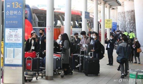 유럽에서 국내로 들어오는 모든 입국자 전원을 대상으로 신종 코로나바이러스 감염증(코로나19) 진단 검사를 실시하기로 한 지난 22일 오후 인천국제공항 제1터미널을 통해 독일 프랑크푸르트발 항공기 탑승객이 입국해 차량으로 이동하고 있다. / 사진=인천국제공항=김휘선 기자 hwijpg@