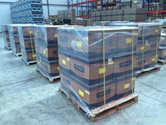 지난 12일 UAE에 수출하기 위한 진단키트 관련 물품이 인천공항 근처 물류 창고에 보관돼 있다. /사진제공=외교부