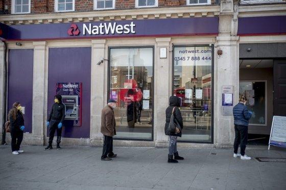 영국의 은행 앞 대기줄/사진=AFP