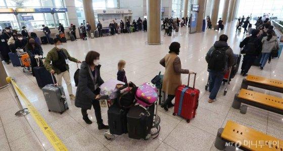국내로 들어오는 모든 입국자 전원을 대상으로 신종 코로나바이러스 감염증(코로나19) 진단 검사를 실시하기로 한 22일 오후 인천국제공항 제1터미널을 통해 독일 프랑크푸르트발 항공기 탑승객들이 입국하고 있다. / 사진=김휘선 기자 hwijpg@