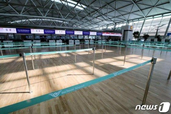 15일 오후 인천국제공항 제1터미널 출국장 체크인 카운터가 코로나19 여파로 한산한 모습을 보이고 있다. /사진=뉴스1