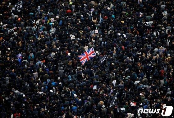 새해 첫날 홍콩 시위대가 민주화를 요구하며 영국 국기를 들고 대규모 집회를 벌이고 있다. © 로이터=뉴스1