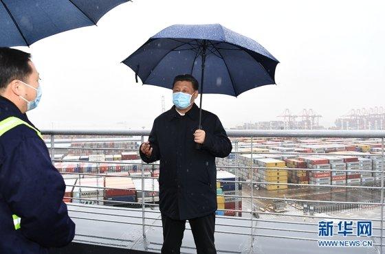 [베이징=신화/뉴시스]시진핑 중국 국가주석이 저장성 닝보 촨산항구에서 조업재개 현장을 둘러보고 있다.