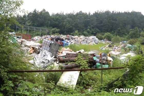 지난해 8월12일 경북 김천시 양천동 배나무골 한 야산에 산업폐기물 등 쓰레기들이 쌓여 있다. /사진=뉴스1