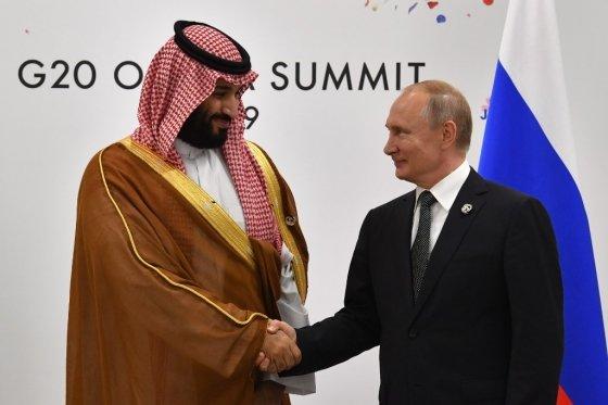 모함메드 빈 살만 사우디 왕세자(왼쪽)과 블라디미르 푸틴 러시아 대통령(오른쪽). 러시아가 감산 요청에 거부하자 사우디는 증산을 선포하고 유가 전쟁을 시작했다. /AFPBBNews=뉴스1