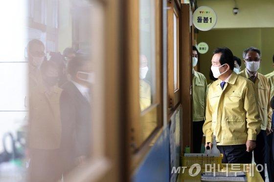정세균 국무총리가 20일 오전 서울 마포구 동교초등학교에 마련된 돌봄교실을 살펴보고 있다. / 사진=김창현 기자 chmt@