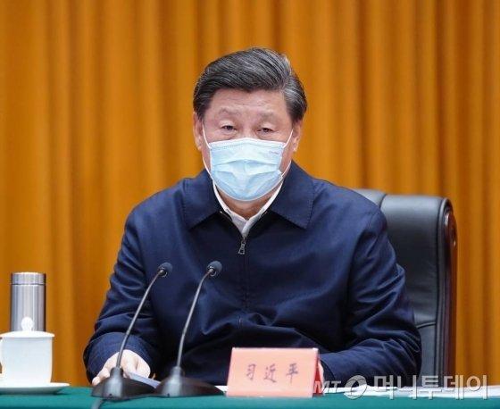 [우한=신화/뉴시스]시진핑(가운데) 중국 국가주석이 10일(현지시간) 신종 코로나바이러스 감염증(코로나19) 발원지인 중국 후베이성 우한을 방문해 코로나19 예방 및 통제 작업을 점검한 후 화상 회의를 주재하고 있다. 2020.03.11.