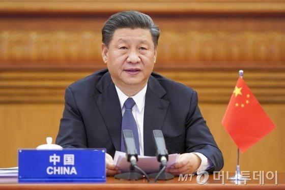"""[베이징=AP/뉴시스]시진핑 중국 국가 주석이 26일 베이징에서 신종 코로나바이러스 감염증(코로나19) 위기 극복 방안을 모색하기 위해 열린 주요 20개국(G20) 특별 화상 정상회의에 참석하고 있다. 시진핑 주석은 """"바이러스에는 국경이 없다""""면서 코로나19를 '공동의 적'으로 규정하고 세계가 협력해 위기를 극복하자고 주장했다. 2020.03.27."""