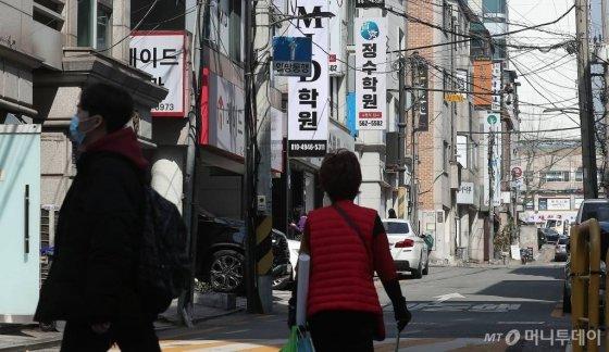 최근 귀국한 유학생을 중심으로 코로나19 확진자가 늘어나고 있는 가운데 30일 오후 서울 강남구 대치동 학원가 인근이 한산한 모습을 보이고 있다. / 사진=김창현 기자 chmt@