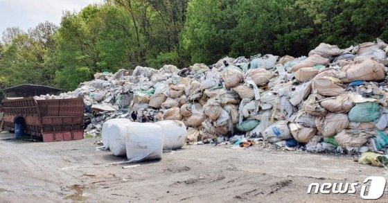 해양경찰청은 전국 재활용처리장에서 수집한 폐기물을 불법 처리한 A씨(54)를 폐기물관리법 위반 혐의로 구속하고, 운반브로커 B씨(54) 등 31명을 같은 혐의로 불구속 입건했다고 4일 밝혔다. A씨 등은 지난해 3~6월 전국 재활용처리장에서 수집한 폐기물을 평택·당진항만과 당진항 인근 해상 바지선에 덤프트럭 200대 분량인 4500톤을 불법 투기한 혐의다. 이들은 폐기물 배출업자들에게 접근해 베트남으로 수출한다는 허위 원자재계약서를 보여준 뒤 올바로시스템에 등록 절차 없이 자신들이 알아서 처리한다며 톤당 15만 원 씩 총 6억7000여만원을 받아 챙긴것으로 조사됐다. 사진은 공터에 방치된 폐기물. /사진 제공=해양경찰청