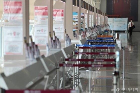 코로나19의 영향으로 한국인의 입국 제한 또는 금지하는 나라가 늘어가고 있는 가운데 2일 인천국제공항 내 여행사 카운터가 한산한 모습을 보이고 있다. / 사진=이기범 기자 leekb@
