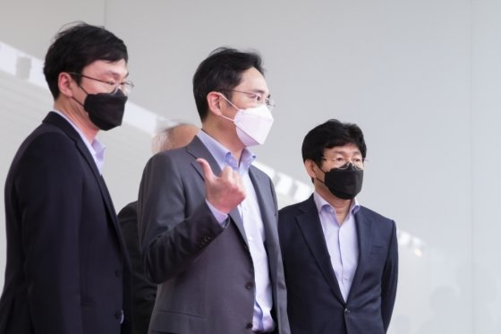 이재용 삼성전자 부회장(가운데)이 지난 19일 삼성디스플레이 아산사업장을 방문해 사업전략을 점검하고 있다. /사진제공=삼성전자