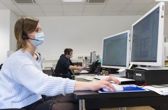 코로나19로 인해 독일 드레스덴에서 마스크를 끼고 일하는 직원 모습. /AFPBBNews=뉴스1