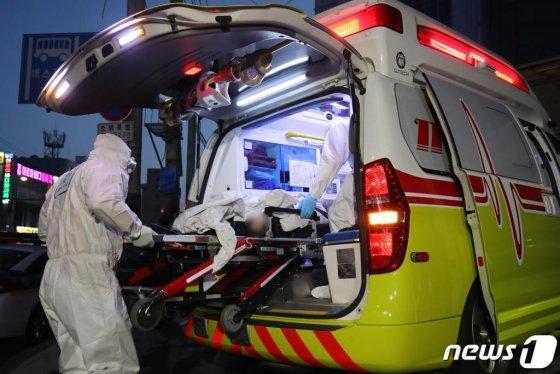 대구 서구 비산동 한사랑요양병원에서 18일 오후 119구급대가 응급환자를 이송하기 위해 구급차에 태우고 있다. /사진=뉴스1