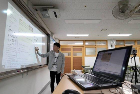 코로나19 여파로 전국 초·중·고교의 개학이 미뤄진 가운데 30일 오전 서울 동대문구 휘봉고등학교에서 교사가 온라인 원격수업을 위한 수업 영상을 녹화하고 있다./사진=이기범 기자